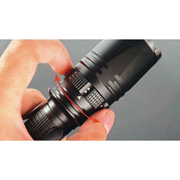 Leser testen die Hochleistungs-LED-Taschenlampe mit Drehschalter