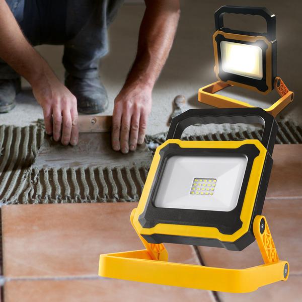 Leser testen den 10-W-Akku-LED-Fluter mit integrierter Powerbank